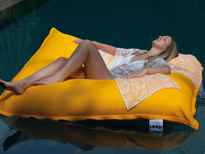 SitOnIt jaune, appelé également Float, il s'agit d'une version imperméable qui vous permet de vous prélasser directement dans votre piscine.