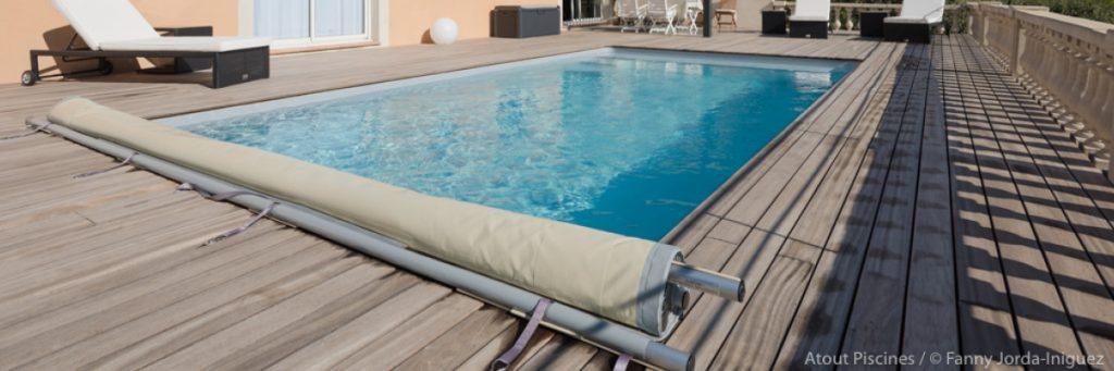 Couverture de piscine :  : la bâche à barres ou couverture à barre, idéales pour les petits budgets.